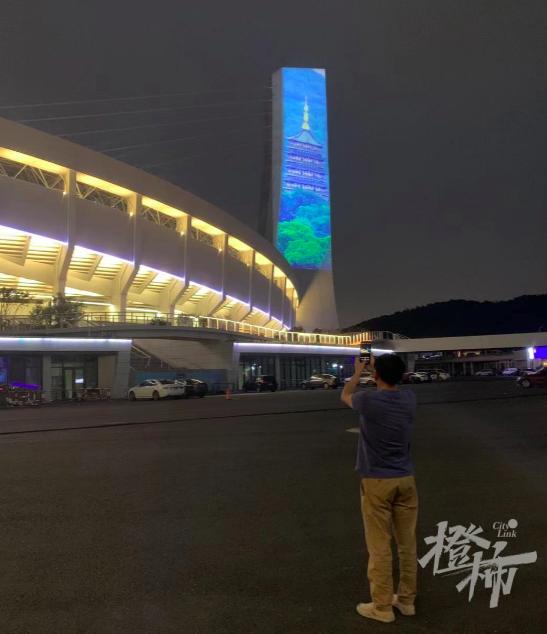 杭州黄龙体育中心改造十分成功 全国首创装两道环屏