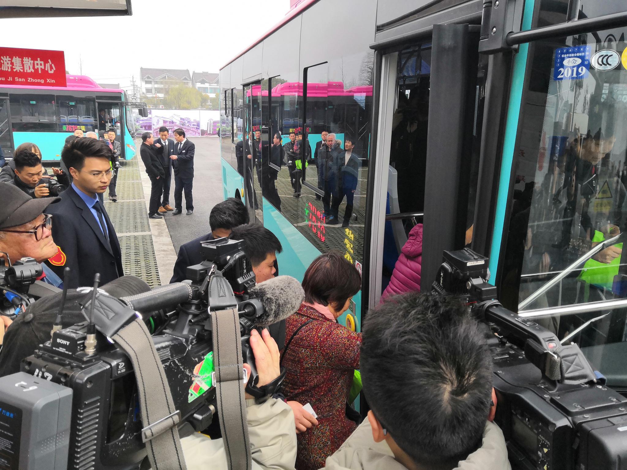 当地市民在苏州市吴江区黎里旅游集散中心车站上车,准备搭乘7618路公交前往上海青浦。