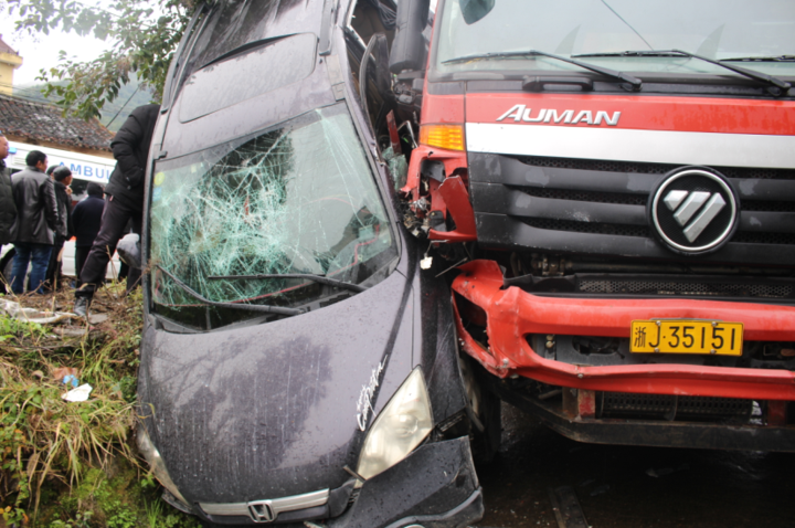 台州一货车刹不住撞上小轿车 致小轿车倒挂到树上