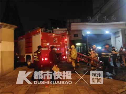 杭州一轿车掉入废弃工地水坑 车内女子凌晨仍在抢救