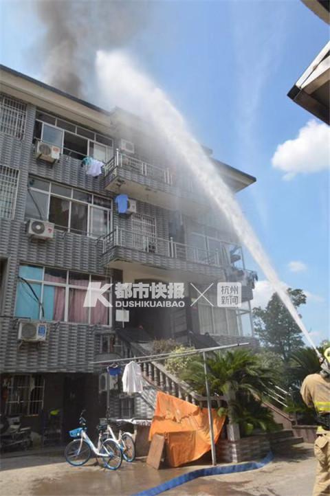 杭州一小区5楼出租屋起火 屋顶被烧出一个大窟窿