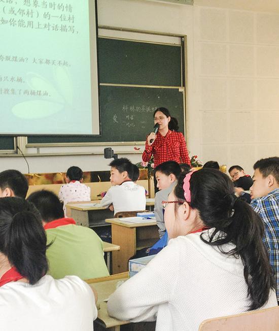 王悦微给学生上语文课。