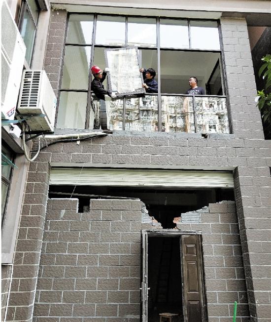 工人正在拆除架空层违建