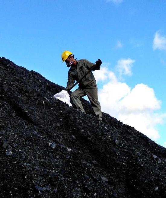 浙江越华能源检测公司舟山分公司员工正在进行人工采样。越华 提供