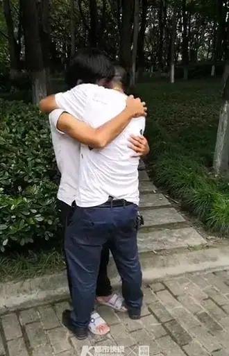 小伙到杭州找工作后失联 父亲找到后儿子变流浪汉