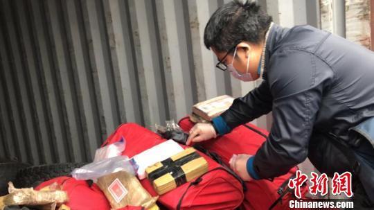 宁波海关缉私警察对相关毒品案进行证据固定。宁波海关供图