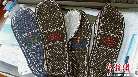亲手缝制的鞋垫 张晓敏 摄