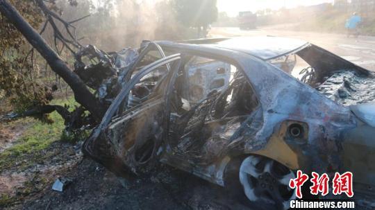 车发轿车被烧得面目全非 王静静 摄