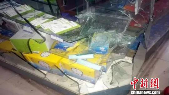 图为:药店柜台被鬣羚撞破。三门县委宣传部提供