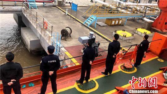 图为宁波海关缉私警察监管涉案走私母船靠泊 黄涛 摄