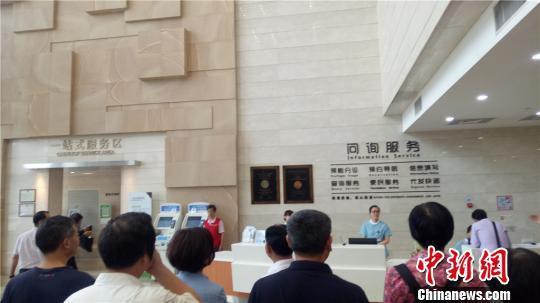 图为杭州某医院内一站式服务区。 张煜欢 摄
