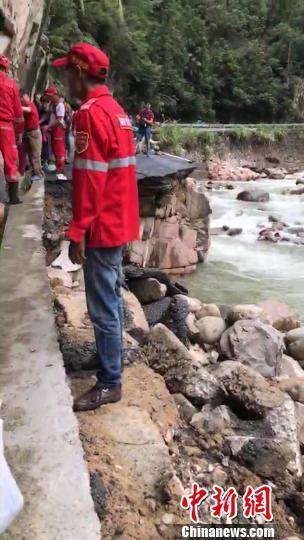 山洪造成道路塌方 游客提供