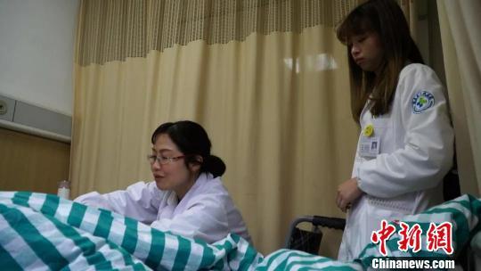 方浩每天早上都让同事推着轮椅去各个病房查房。遂昌提供