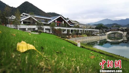 杭黄高铁千岛湖站绿化与当地景观融为一体。 唐泽雨/摄
