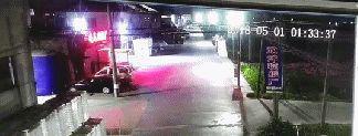 可是两人在砸另一辆车时,警报响个不停,两人仓皇逃离。