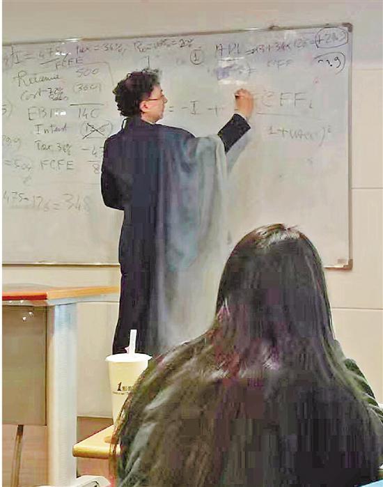 他上课时喜欢披条丝巾,这成为宁波诺丁汉大学一景。