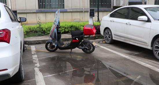 杭州一男子把停在公共车位上的电动车挪开后 被报复