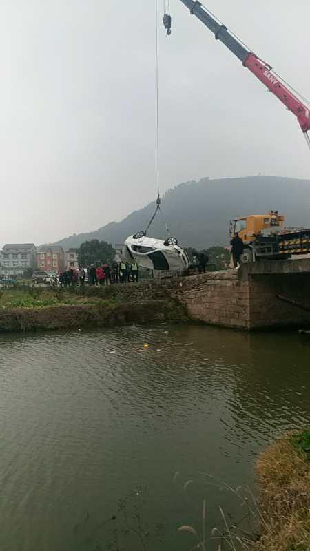 图为:打捞落水车辆。临海市委宣传部供图