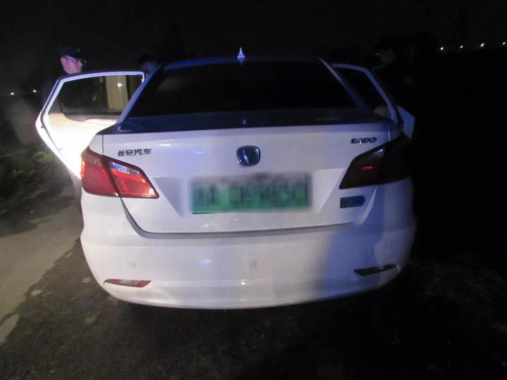 民警发现了一辆可疑的白色轿车