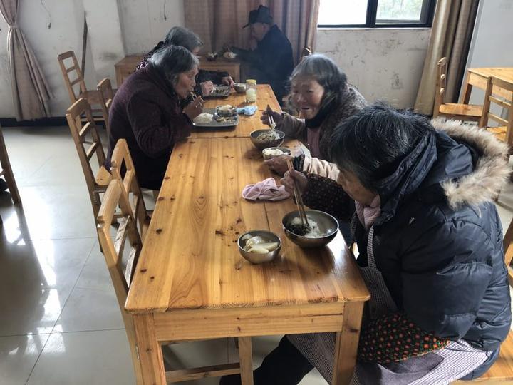 1月17日,东阳七秩塘村老年之家的老人正在用中餐。