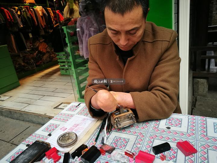 结婚后,罗齐兴还是每天在街头刻章,没有生意时帮妻子打打裁缝的下手。
