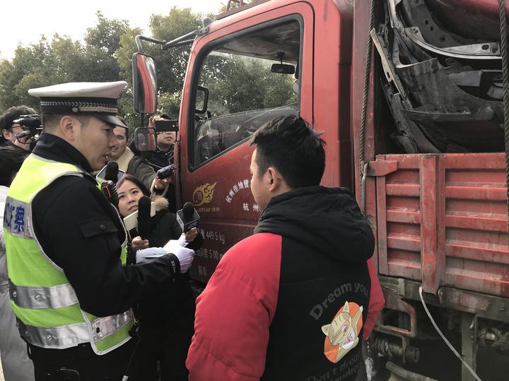 交警在查处违法车辆。浙江新闻客户端记者王晨辉 摄