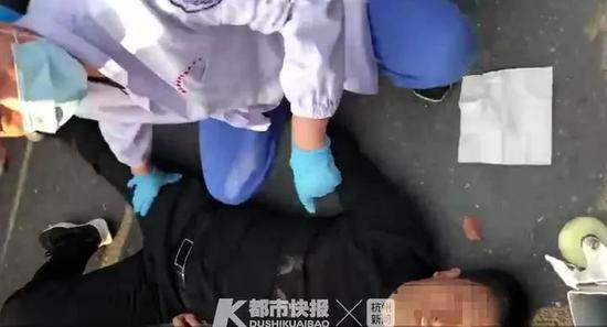 四季青街头男子跨栏过马路直接摔晕 进医院还要赔钱