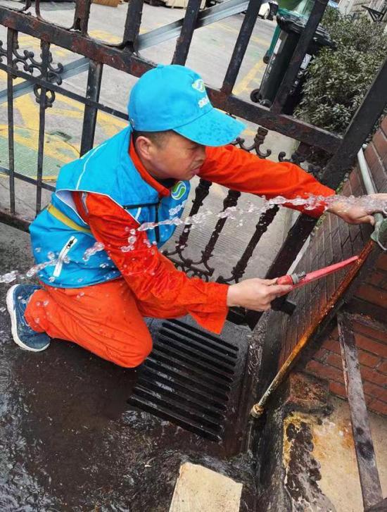 抢修洗车行水管的过程中,工作服被冰水打湿。