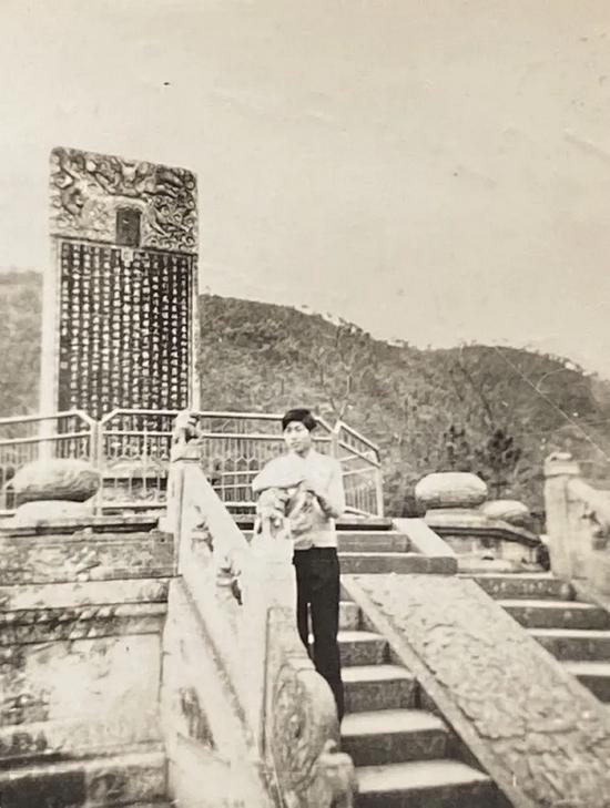 1981年,喻革良摄于兰亭御碑亭
