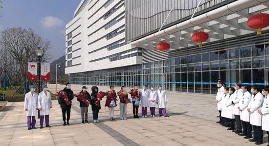 2月5日,李大姐等浙大一院之江院区首批新冠肺炎患者出院。