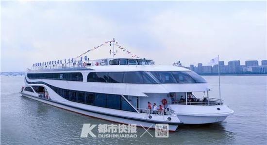 """行驶在钱塘江上的""""梦航""""号 运河集团供图"""