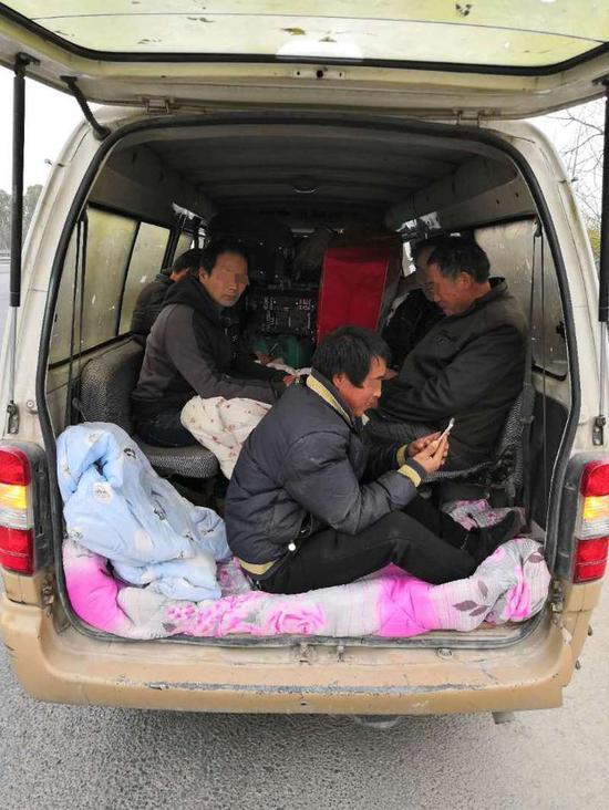 该车核载9人,实际载客11人,超员2人,超员20%以上。