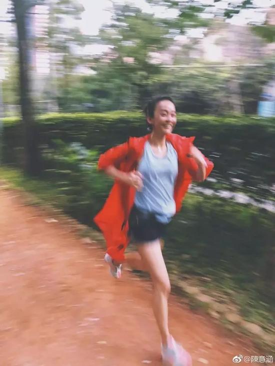 面对疑问,有网友回答,孕妇跑步要看人,陈意涵常年跑步,有运动基础才敢。