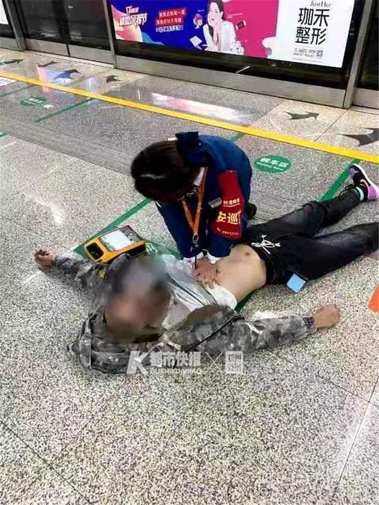 小伙杭州地铁内突然心跳呼吸骤停 AED为他搏出生路