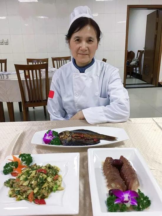 我们问她,你算不算杭州城里惟一一个女厨师长?