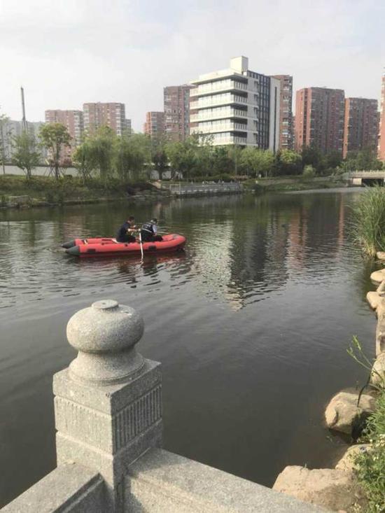 发现他的地方,离陈俊宁最后失踪的台阶只有几米的距离。