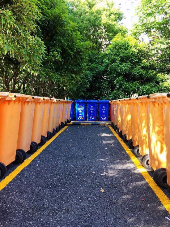 杭州市民中心垃圾桶。