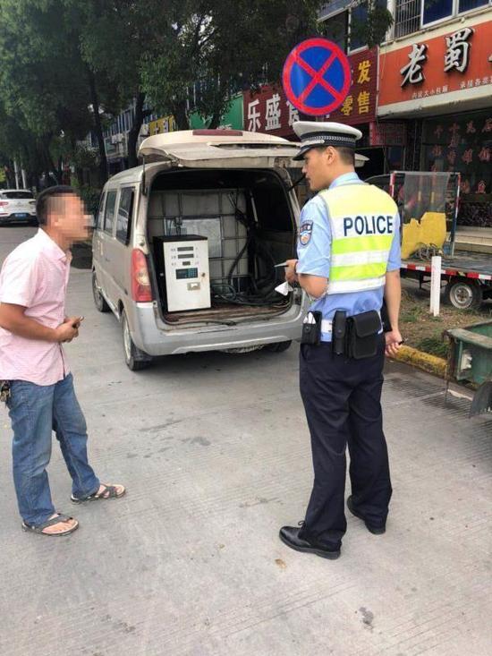 随即,交警依法查扣改装车,郑某因非法改装罚款500元。