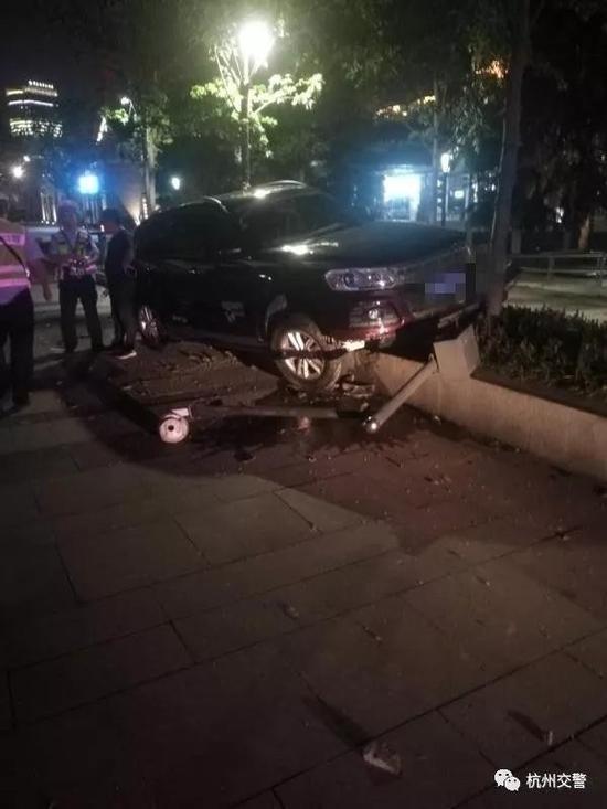 司机不在车里,民警在车上找到了一本驾驶证。