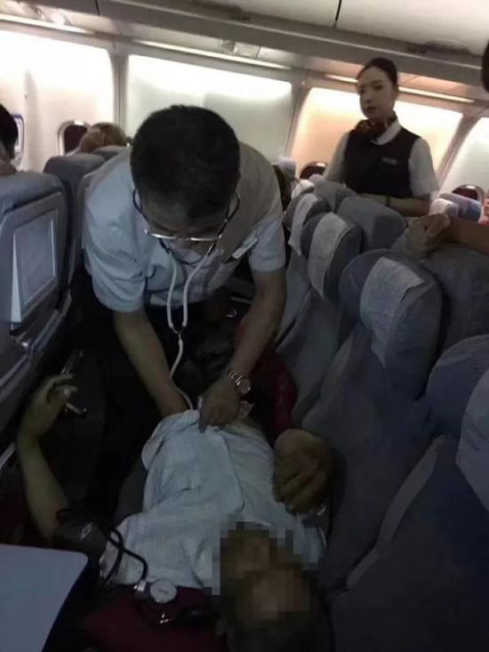卢中秋副院长对旅客进行紧急救治