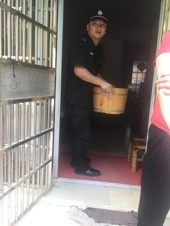 杭州城管为救老人吸入毒气 醒来写下:帮我买个高压锅