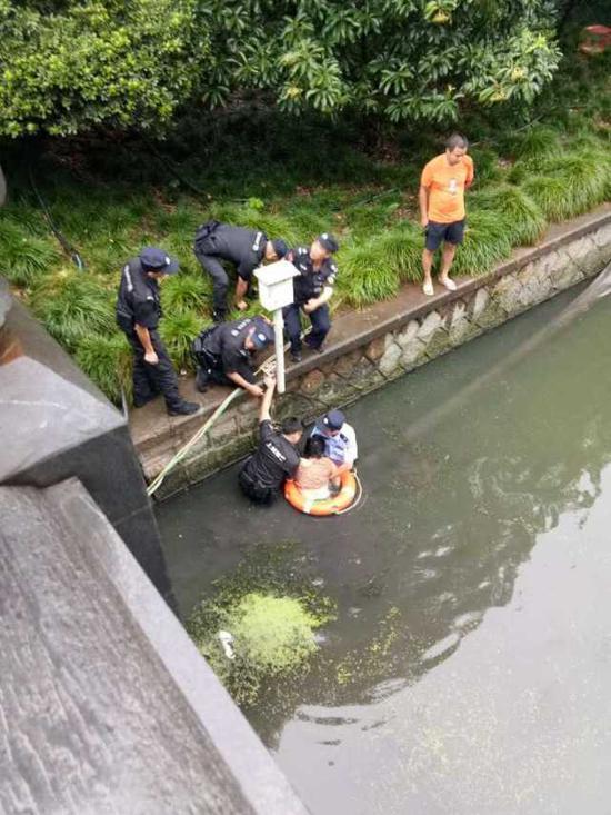 特警严金龙见状,赶紧冲过去,不顾一切跳下河去救人。汤新魁也紧追其后。