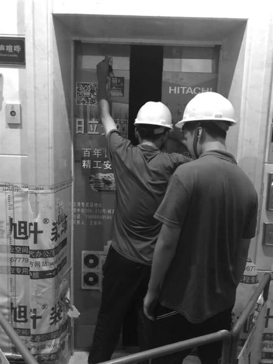 8月28日下午,奥体城19幢一电梯故障,两名电梯维修工人正在现场维修。