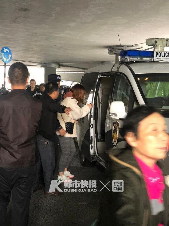 刚才一位穿着米色上衣的年轻女孩,回答完警方的询问之后,哭着走上了警车。
