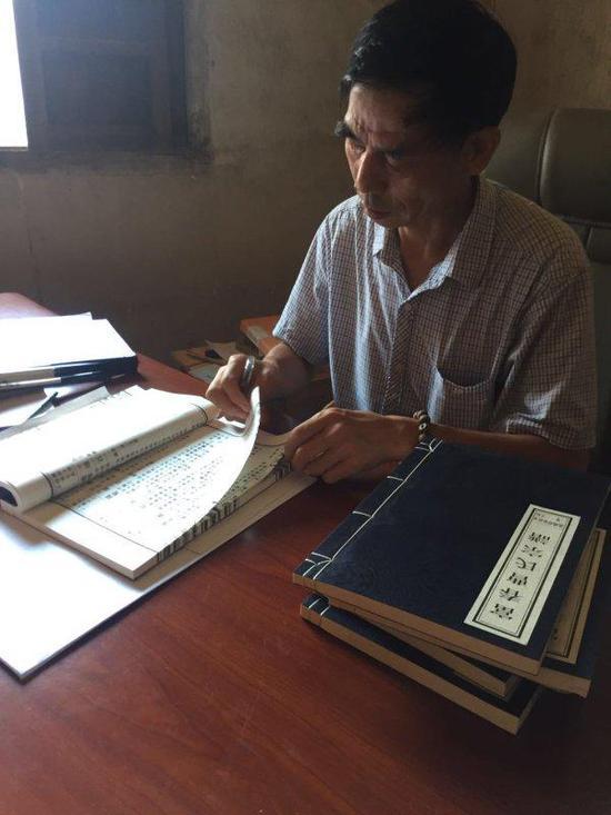 曹觉民在查阅、整理资料。