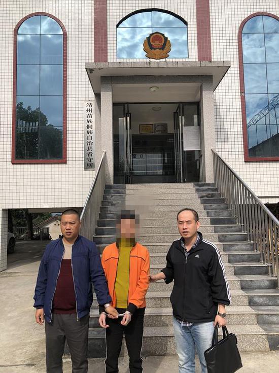 小覃看到杭州临安来的民警,明白了是时候为以前做的错事承担相应的后果了。