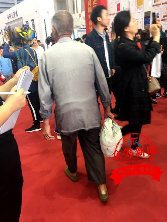 """作为""""江苏馆""""的参展商,河海大学出版社的代江滨也注意到了眼前这位老人。"""