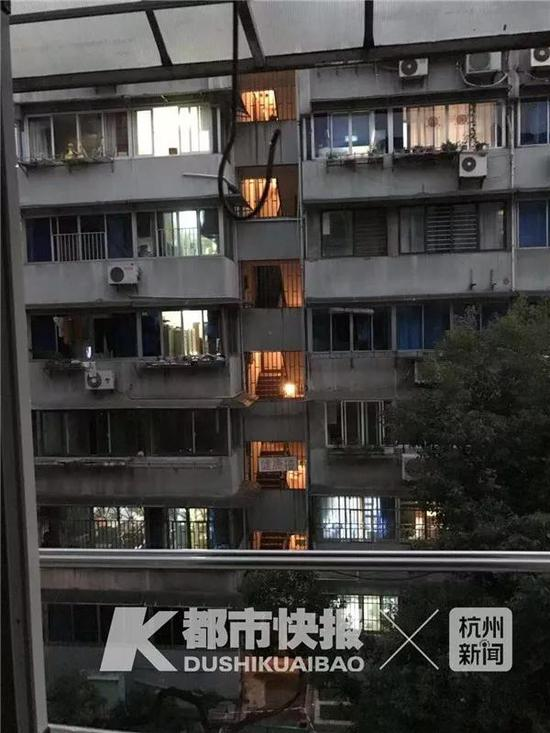 (从对面楼一户反对加装电梯人家窗口望过去的场景)