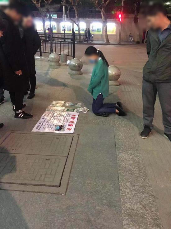 女子跪地求助 文成警方供图
