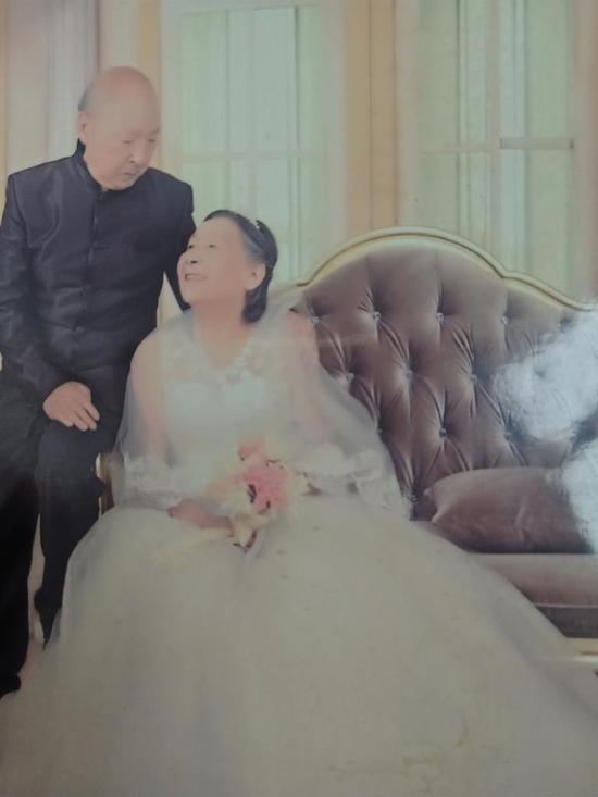 两人老人补拍的婚纱照